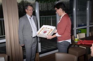 Voorzitter John Ebbelaar overhandigt een Rode Taart 2015 aan Anja Boonzaaijer, coordinator 'Helpende Handen'
