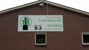 werkbezoek te Riele - gevel met naambord.